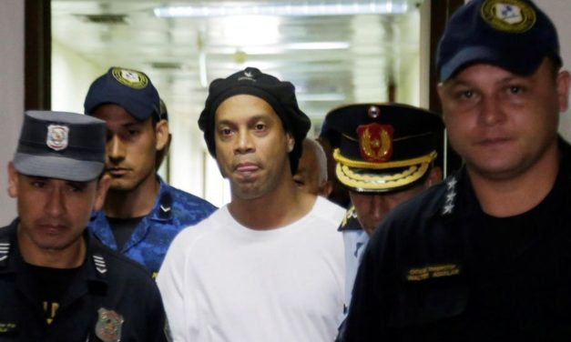 Toujours en prison, Ronaldinho s'occupe en jouant au foot-volley