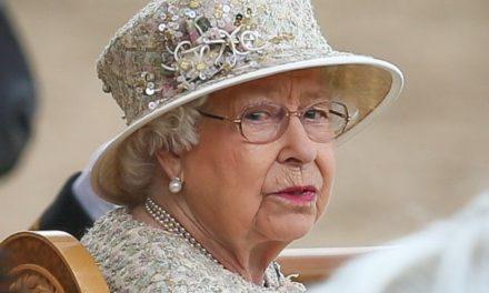 La célébration de l'Anniversaire de Elisabeth II  – Le Palais Hesite