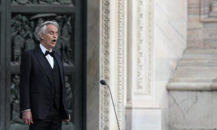 Andrea Bocelli chante sur le Parvis de la Cathédrale de Milan