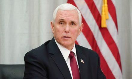 Le vice-président américain  désobéi au règlement de l'hôpital, qui impose le port du masque.