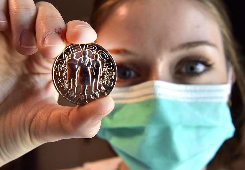 """Une médaille de la Monnaie de Paris pour dire """"merci"""" à ceux mobilisés contre le coronavirus"""