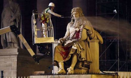 Vandalisme de la statue de Colbert située devant l'Assemblée nationale