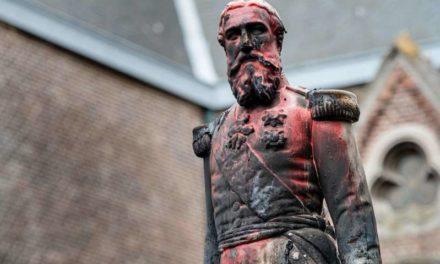 La statute de Leopold II l'ex roi des Belge déboulonnée