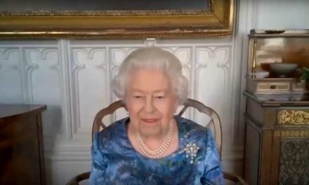 Elisabeth II éclate de rire lors de visioconférence