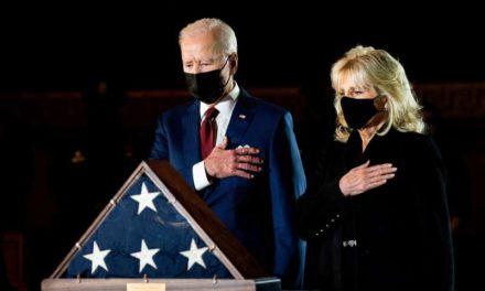 Biden rend hommage au policier tué au Capitole