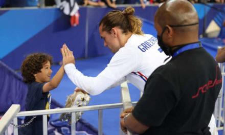 Griezmann offre ses crampon à un petit supporteur des bleu après le match France-Bulgarie
