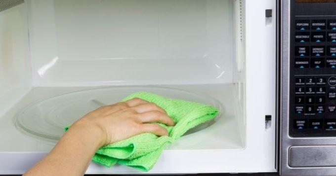 3 conseils pour nettoyer l'intérieur du four à micro-ondes