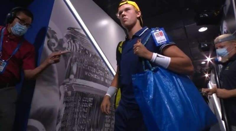Holger affronte Djokovic avec un sac ikea